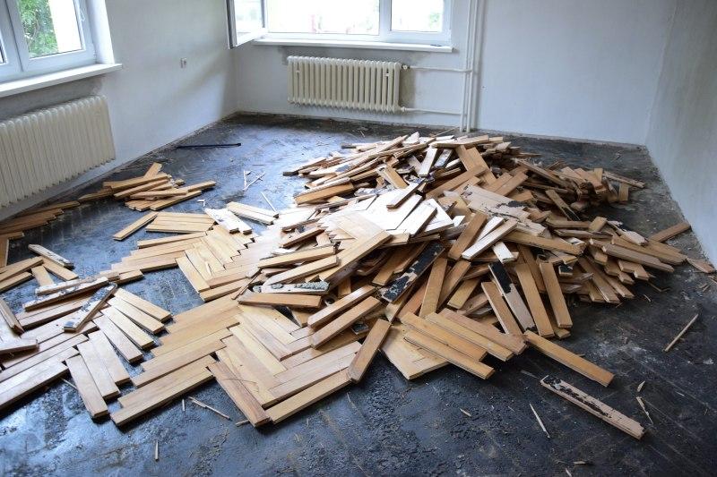 Seriál rekonstrukce podlah: demontáž parket, betonování a nivelace