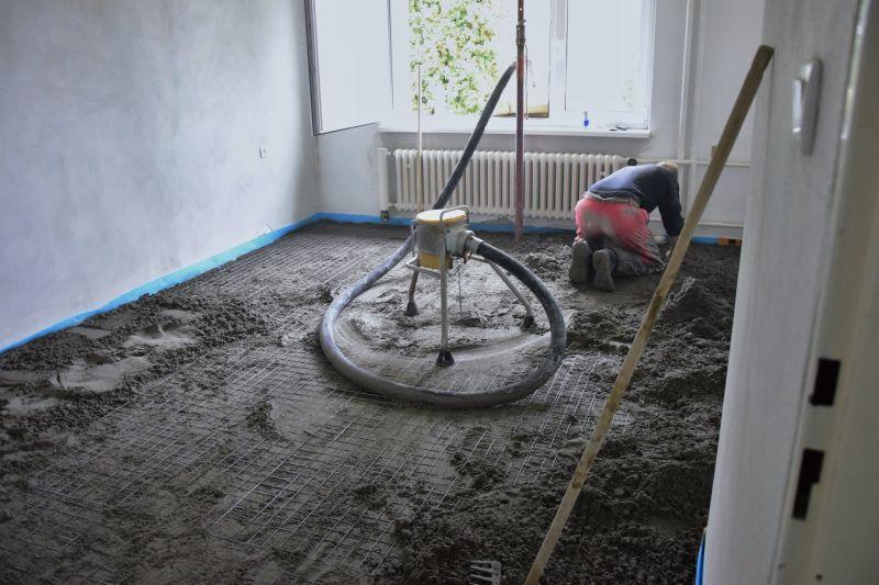 Seriál rekonstrukce podlah: strhávání linolea, betonáž