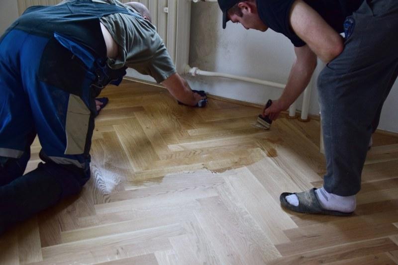 renovace-podlah-pokladka-parket-postup-lepeni-parkety-tamarki-23