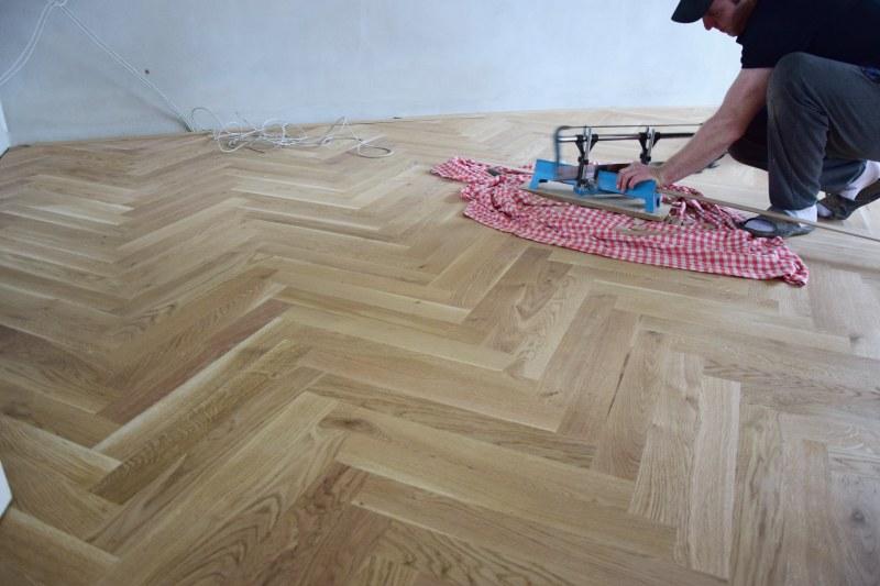 renovace-podlah-pokladka-parket-postup-lepeni-parkety-tamarki-24