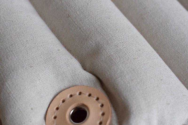 Detail: křeslo CHILLO v provedení ze směsné tkaniny BAVLNA/LEN